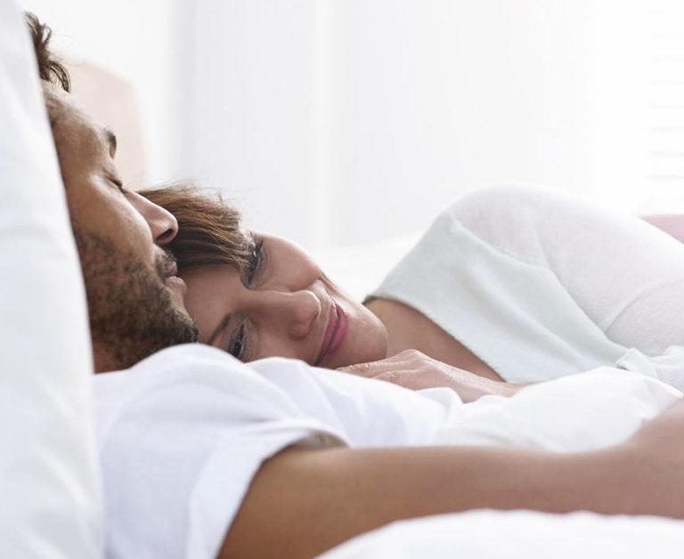 Los  beneficios gustosos de dormir en pareja